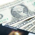 一ドル紙幣とクレジットカード