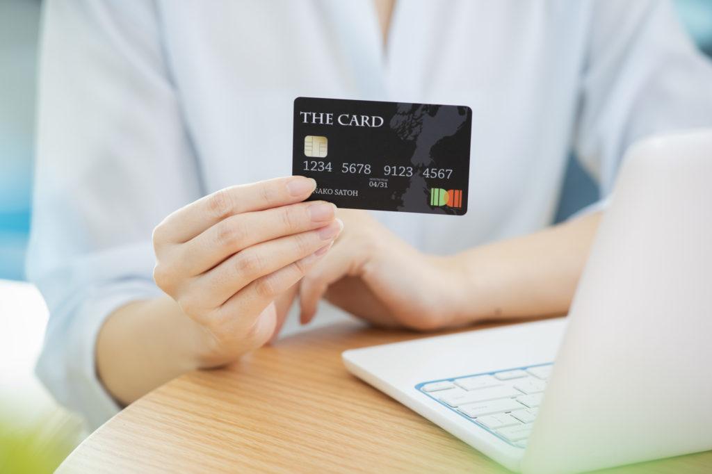 女性 パソコン クレジットカード